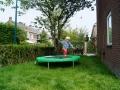 kindvriendelijke tuin met trampoline