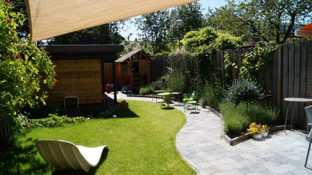 Tuin met veranda en speelhuisje vicas tuinontwerpen for Kleine achtertuin inrichten