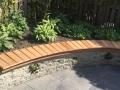 tuinontwerp stapelmuur met houten zitrand