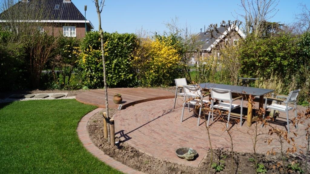 Tuinrenovatie woerden utrecht meer zitruimte loungeterras - Dek een terras met tegels ...