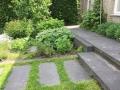 Tuinontwerp-stapstenen-in-gras-en-traptreden