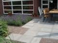 bestrating van betontegels en gebakken klinkers
