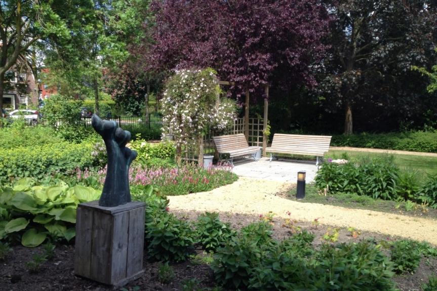 Belevingstuin bij verpleeghuis - tuinontwerp met kunstwerk
