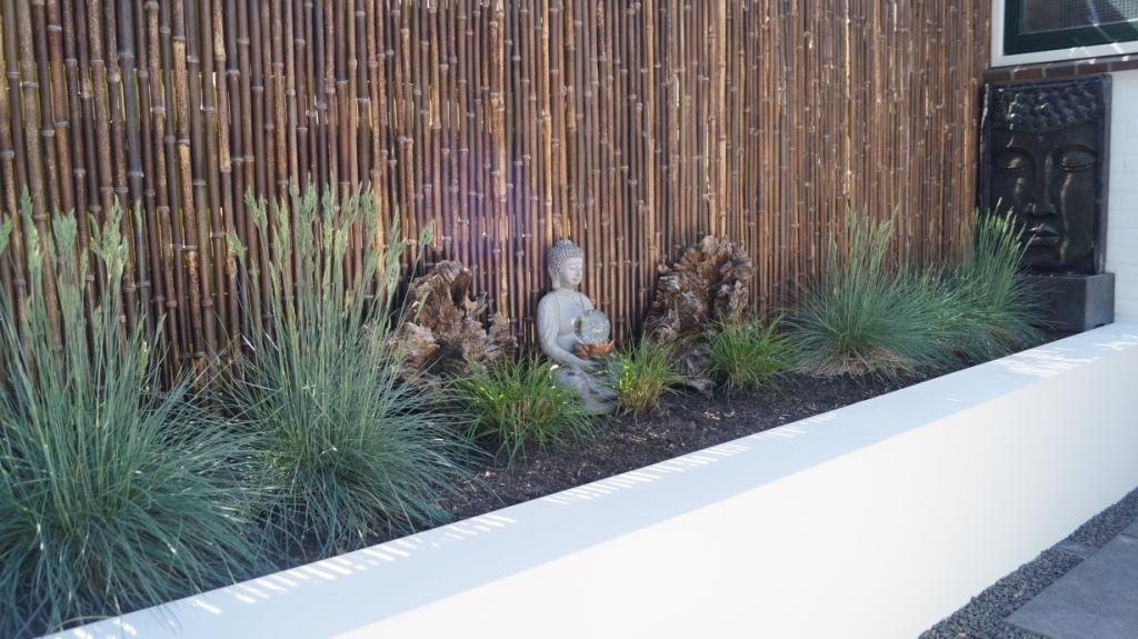 moderne tuin met verhoogde borders en waterelement