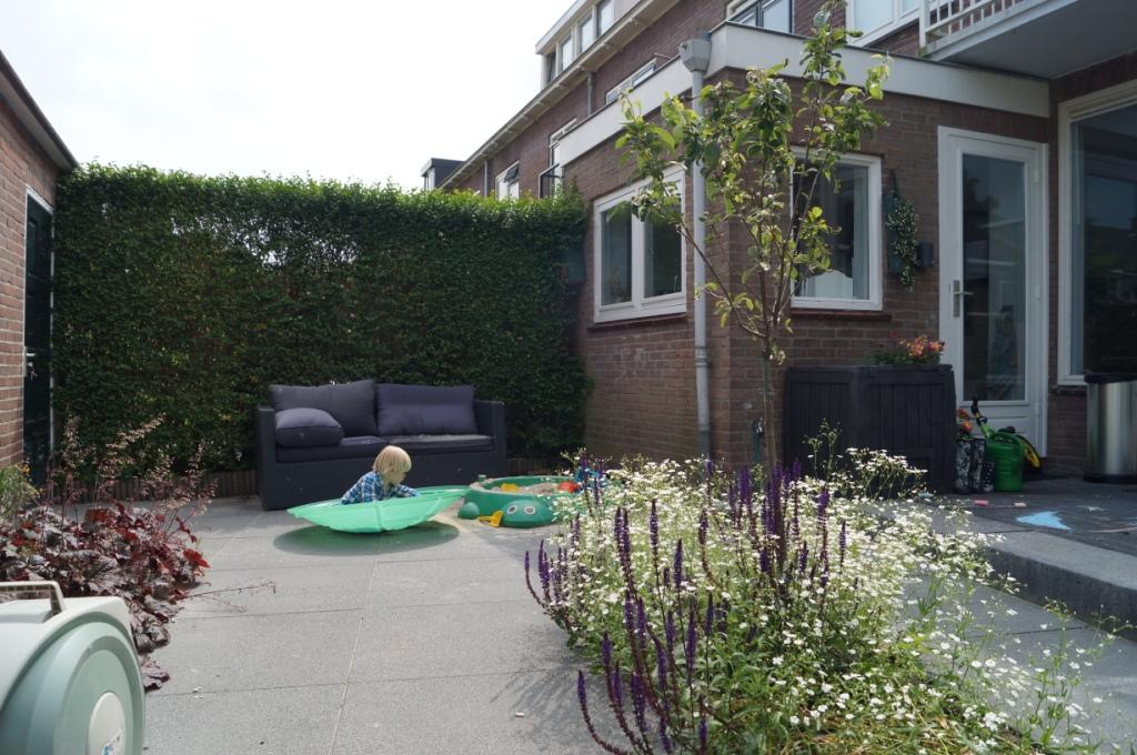 kindvriendelijke tuin met zandbak