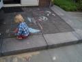 kindvriendelijke tuin - stoepkrijt op het bordes
