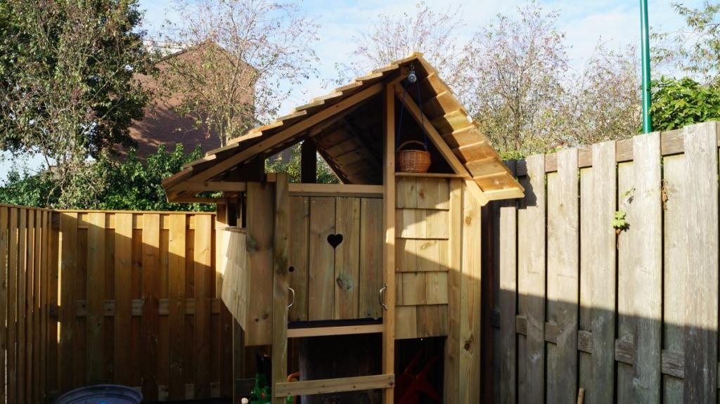 kindvriendelijke tuin met boomhut