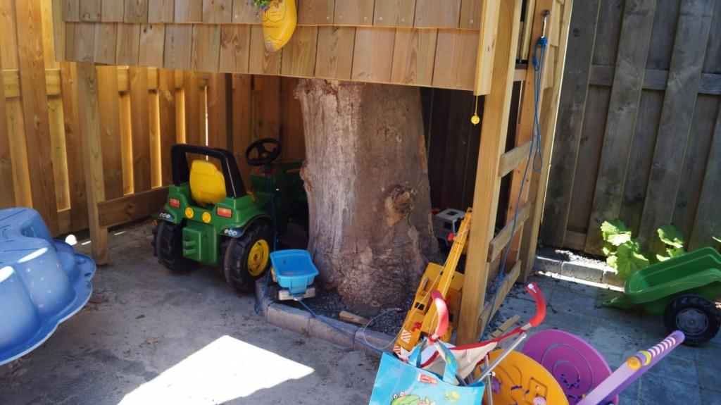 speelhuisje boomhut op boomstronk