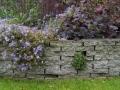 tuinontwerp verhoogde border gestapelde stoeptegels stapelmuur