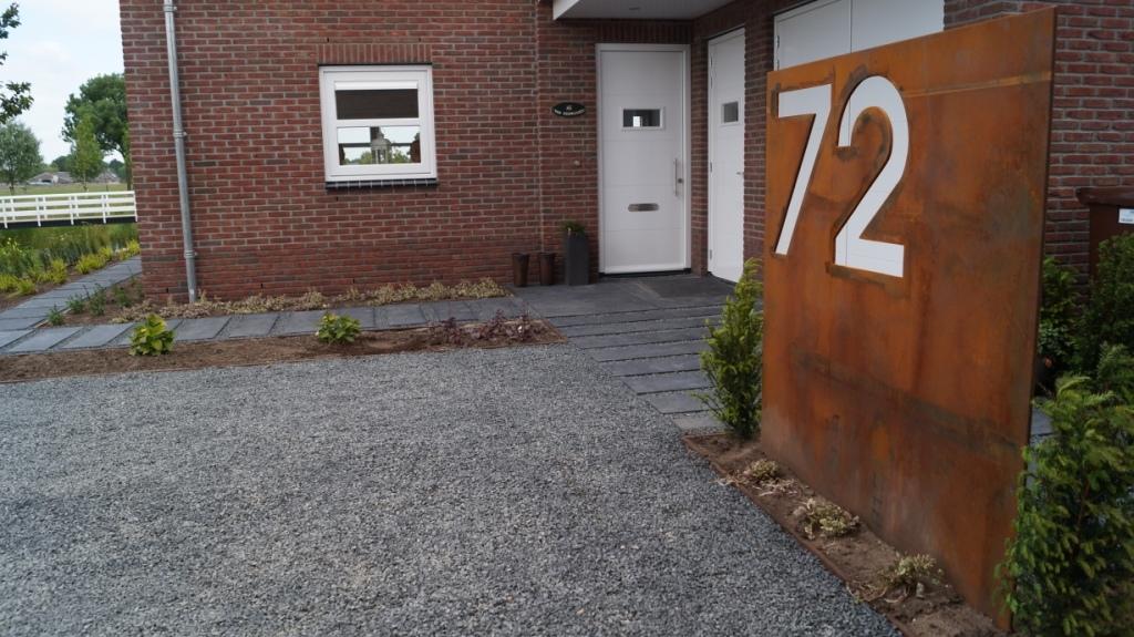 paneel cortenstaal met huisnummer