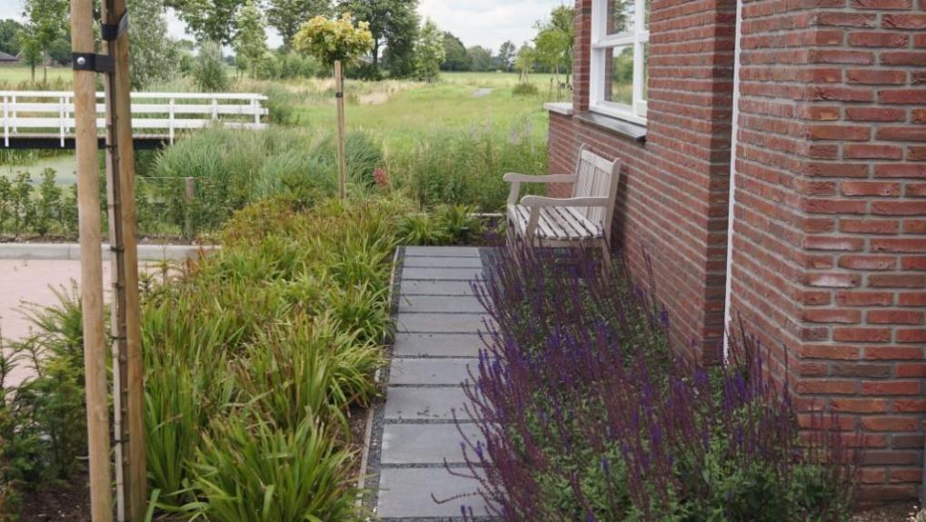 tuinarchitectuur Utrecht - ontwerp voortuin met bankje