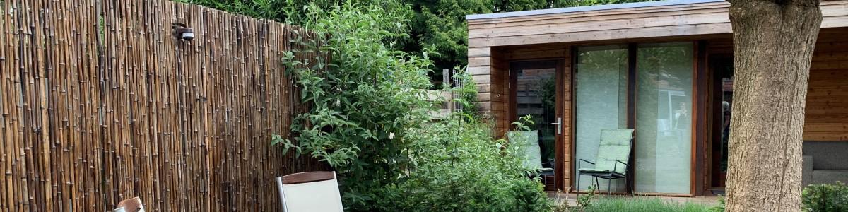 Tuinontwerp met moderne tuinstudio en groen dak